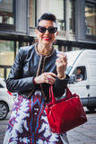 Γυναίκα που θέτει τις εξωτερικές επιδείξεις μόδας Byblos που χτίζουν για την εβδομάδα 2014 μόδας των γυναικών του Μιλάνου Στοκ φωτογραφίες με δικαίωμα ελεύθερης χρήσης