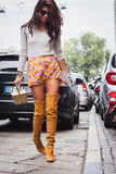 Γυναίκα που θέτει τις εξωτερικές επιδείξεις μόδας Byblos που χτίζουν για την εβδομάδα 2014 μόδας των γυναικών του Μιλάνου Στοκ Εικόνες
