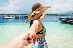 Γυναίκα που θέλει τον άνδρα για να ακολουθήσει στο μήνα του μέλιτος στην παραλία Στοκ Φωτογραφία