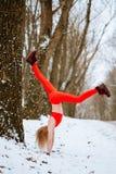 Γυναίκα που θερμαίνει, χειμερινή κατάρτιση πρωινού στοκ εικόνα με δικαίωμα ελεύθερης χρήσης