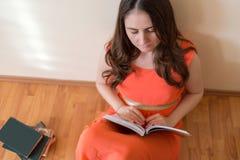 Γυναίκα που διαβάζει ένα βιβλίο Στοκ Εικόνες