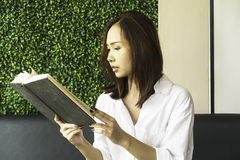 Γυναίκα που διαβάζει ένα βιβλίο στοκ φωτογραφία