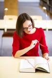 Γυναίκα που διαβάζει το αστείο μέρος του τρυπήματος του κειμένου Στοκ φωτογραφίες με δικαίωμα ελεύθερης χρήσης