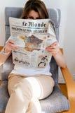 Γυναίκα που διαβάζει το γαλλικό χάρτη με το Emmanuel Macron και τη Μαρίν Λε Πεν Στοκ Εικόνες