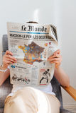 Γυναίκα που διαβάζει το γαλλικό χάρτη με το Emmanuel Macron και τη Μαρίν Λε Πεν Στοκ Φωτογραφίες