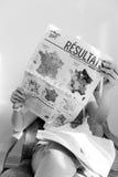 Γυναίκα που διαβάζει το γαλλικό χάρτη με το Emmanuel Macron και τη Μαρίν Λε Πεν Στοκ φωτογραφία με δικαίωμα ελεύθερης χρήσης