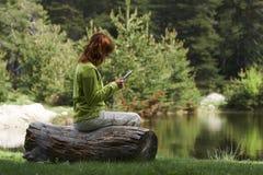 Γυναίκα που διαβάζει το ψηφιακό βιβλίο στοκ εικόνες