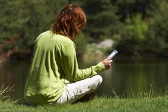 Γυναίκα που διαβάζει το ψηφιακό βιβλίο στοκ εικόνα με δικαίωμα ελεύθερης χρήσης