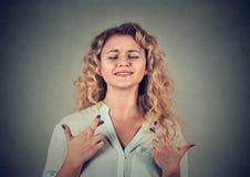 Γυναίκα που διασχίζει τα δάχτυλά της, προσοχές ιδιαίτερες, ελπίδα στοκ φωτογραφίες
