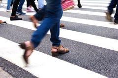 Γυναίκα που διασχίζει την οδό Στοκ Εικόνες