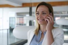 Γυναίκα που διοργανώνει τη συζήτηση σχετικά με το έξυπνο τηλέφωνο γυναίκα 2 επιχειρήσεων Στοκ Φωτογραφίες