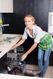 Γυναίκα που διπλώνει τα πιάτα στο πλυντήριο πιάτων στοκ φωτογραφία με δικαίωμα ελεύθερης χρήσης