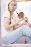 Γυναίκα που ισχύει με τη μάσκα λάσπης αργίλου βουρτσών για το πρόσωπό της Στοκ φωτογραφία με δικαίωμα ελεύθερης χρήσης