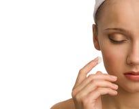 Γυναίκα που ισχύει moisturizer Στοκ φωτογραφία με δικαίωμα ελεύθερης χρήσης