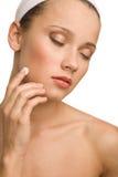 Γυναίκα που ισχύει moisturizer Στοκ Εικόνες