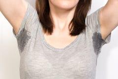 Γυναίκα που ιδρώνει πολύ άσχημα κάτω από τη μασχάλη Στοκ φωτογραφία με δικαίωμα ελεύθερης χρήσης