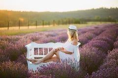 Γυναίκα που κάθεται σε έναν lavender τομέα Στοκ εικόνα με δικαίωμα ελεύθερης χρήσης