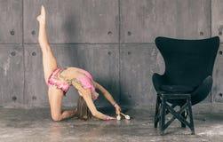Γυναίκα που κάνει γυμναστική στοκ φωτογραφία με δικαίωμα ελεύθερης χρήσης