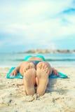 Γυναίκα που κάνει ηλιοθεραπεία στην άμμο Στοκ φωτογραφίες με δικαίωμα ελεύθερης χρήσης
