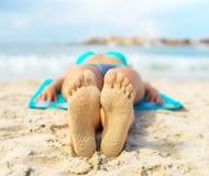 Γυναίκα που κάνει ηλιοθεραπεία στην άμμο Στοκ φωτογραφία με δικαίωμα ελεύθερης χρήσης