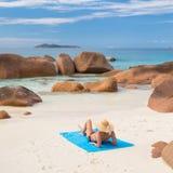 Γυναίκα που κάνει ηλιοθεραπεία στην τέλεια παραλία εικόνων Anse Λάτσιο στο νησί Praslin, Σεϋχέλλες Στοκ φωτογραφία με δικαίωμα ελεύθερης χρήσης