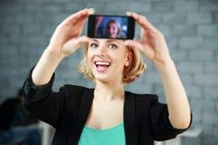 Γυναίκα που κάνει μια μόνη φωτογραφία από το smartphone της Στοκ εικόνες με δικαίωμα ελεύθερης χρήσης