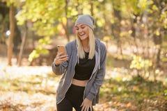Γυναίκα που κάνει μια τηλεοπτική κλήση μέσω του έξυπνου τηλεφώνου στοκ φωτογραφίες