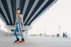 Γυναίκα που κάνει πατινάζ υπαίθρια Στοκ φωτογραφίες με δικαίωμα ελεύθερης χρήσης