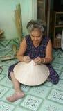 Γυναίκα που κάνει τα παραδοσιακά κωνικά καπέλα Στοκ Φωτογραφία
