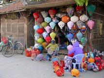 Γυναίκα που κάνει τα φανάρια μπροστά από το κατάστημά τους στην αγορά στοκ εικόνες με δικαίωμα ελεύθερης χρήσης