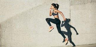 Γυναίκα που κάνει την άσκηση ικανότητας υπαίθρια στοκ φωτογραφίες με δικαίωμα ελεύθερης χρήσης