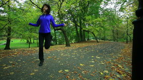 Γυναίκα που κάνει την άσκηση με το σχοινί άλματος Πλήρες HD με το μηχανοποιημένο ολισθαίνοντα ρυθμιστή 1080p φιλμ μικρού μήκους