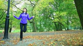 Γυναίκα που κάνει την άσκηση με το σχοινί άλματος Πλήρες HD με το μηχανοποιημένο ολισθαίνοντα ρυθμιστή 1080p απόθεμα βίντεο
