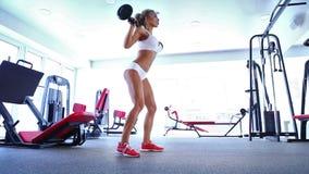 Γυναίκα που κάνει την άσκηση με το barbell στη γυμναστική απόθεμα βίντεο
