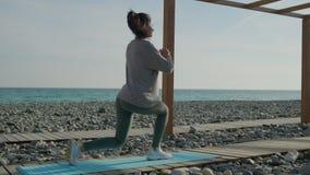 Γυναίκα που κάνει την άσκηση ποδιών έξω απόθεμα βίντεο