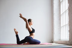 Γυναίκα που κάνει την άσκηση στο χαλί γιόγκας Στοκ Εικόνες