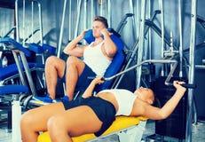 Γυναίκα που κάνει την άσκηση Τύπου πάγκων από την ύπτια θέση που χρησιμοποιεί τη γυμναστική Στοκ Εικόνες