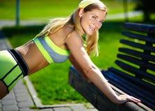Γυναίκα που κάνει την αθλητική άσκηση υπαίθρια Στοκ εικόνα με δικαίωμα ελεύθερης χρήσης