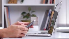 Γυναίκα που κάνει την κινητή πληρωμή στο smartphone κλείστε επάνω απόθεμα βίντεο
