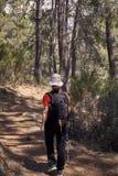 Γυναίκα που κάνει την οδοιπορία στη φύση στοκ φωτογραφίες με δικαίωμα ελεύθερης χρήσης