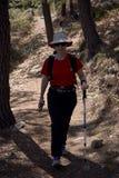 Γυναίκα που κάνει την οδοιπορία στη φύση στοκ φωτογραφίες