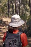 Γυναίκα που κάνει την οδοιπορία στη φύση στοκ εικόνα με δικαίωμα ελεύθερης χρήσης