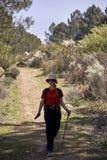 Γυναίκα που κάνει την οδοιπορία στη φύση στοκ φωτογραφία με δικαίωμα ελεύθερης χρήσης