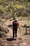 Γυναίκα που κάνει την οδοιπορία στη φύση στοκ εικόνες με δικαίωμα ελεύθερης χρήσης