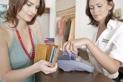 Γυναίκα που κάνει την πληρωμή από το μετρητή στοκ φωτογραφία