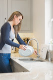 Γυναίκα που κάνει την πλύση επάνω Στοκ Εικόνες
