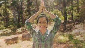 Γυναίκα που κάνει τη γιόγκα στην αγριότητα απόθεμα βίντεο