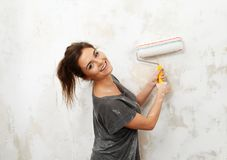 Γυναίκα που κάνει τη ζωγραφική τοίχων Στοκ εικόνες με δικαίωμα ελεύθερης χρήσης