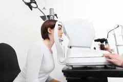 Γυναίκα που κάνει τη μέτρηση όρασης με το λαμπτήρα σχισμών οπτικών Στοκ εικόνα με δικαίωμα ελεύθερης χρήσης