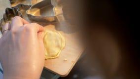 Γυναίκα που κάνει τη μορφή καρδιών από τη ζύμη μπισκότων απόθεμα βίντεο